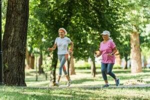 Mujeres mayores corriendo
