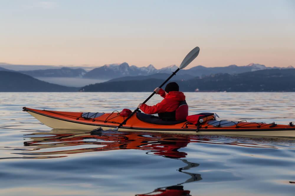 Deportista practicando con un kayak