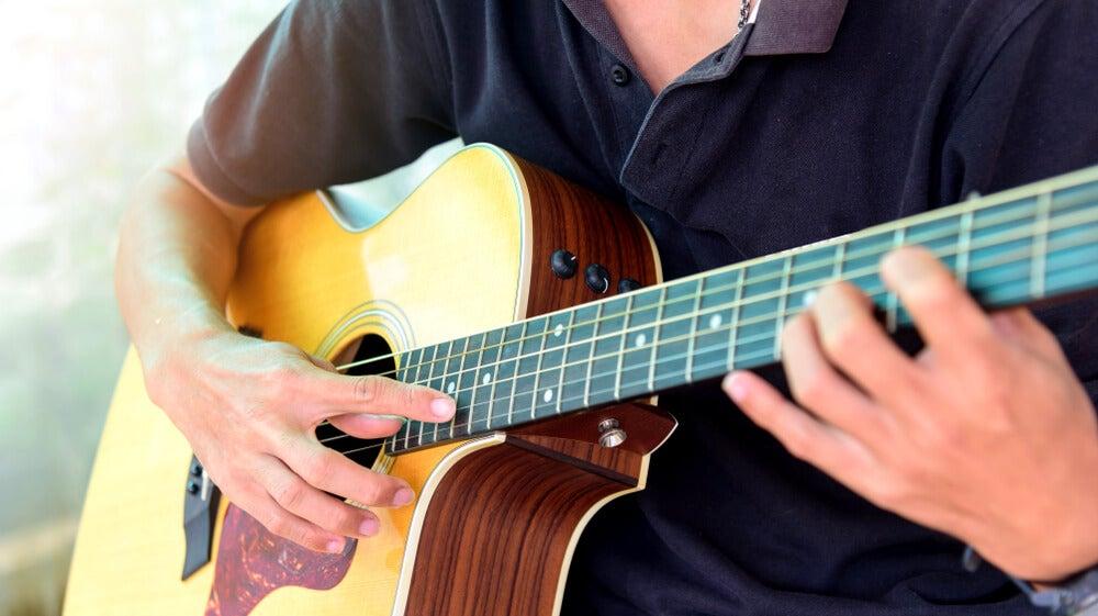 Qué son y cómo se ejecutan los armónicos en la guitarra