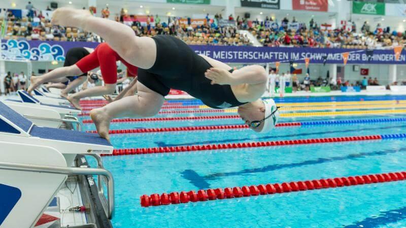 Salida de una competencia de natación adaptada.