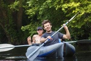Canoa y kayak se diferencian principalmente por la posición de los navegantes.