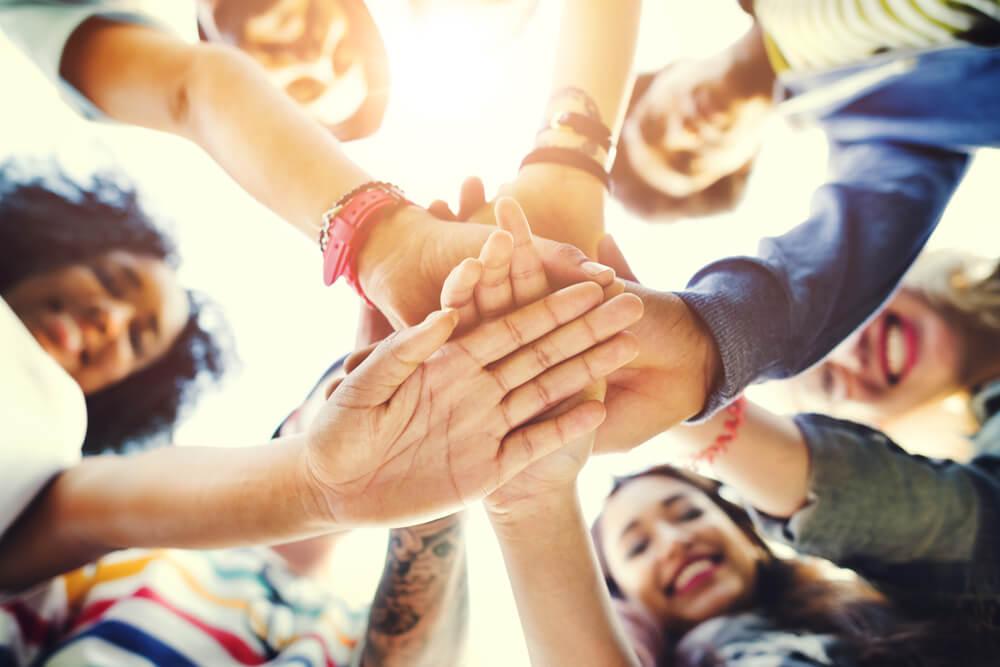 Grupo con las manos unidas