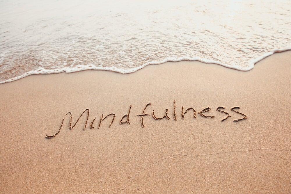 Mindfulness escrito en la arena