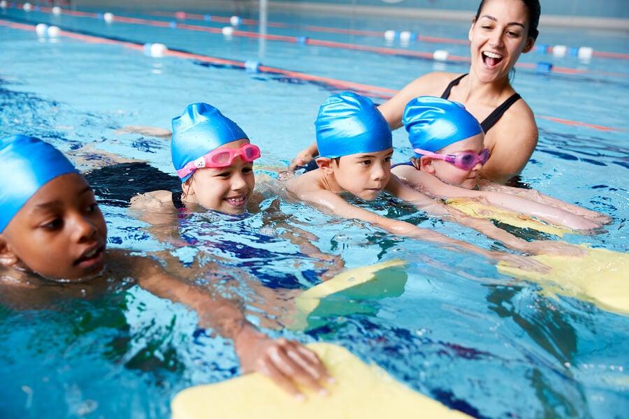 Un ejemplo de clase de natación en los colegios