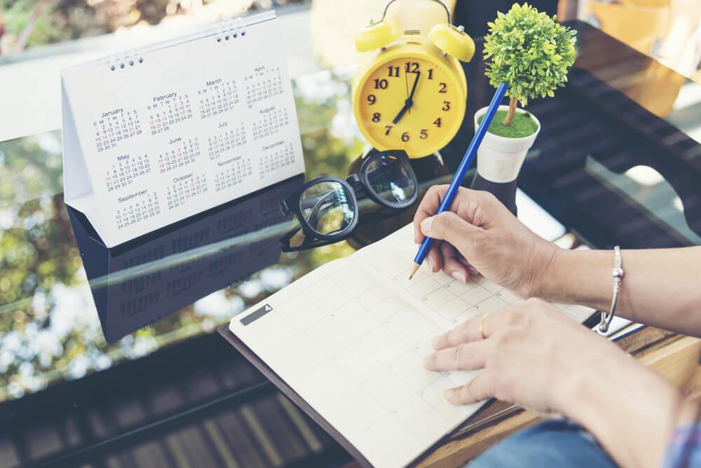Mujer con agenda planificando el día