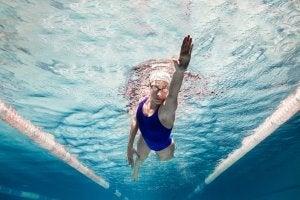 Mujer nadando que no comete fallos importantes