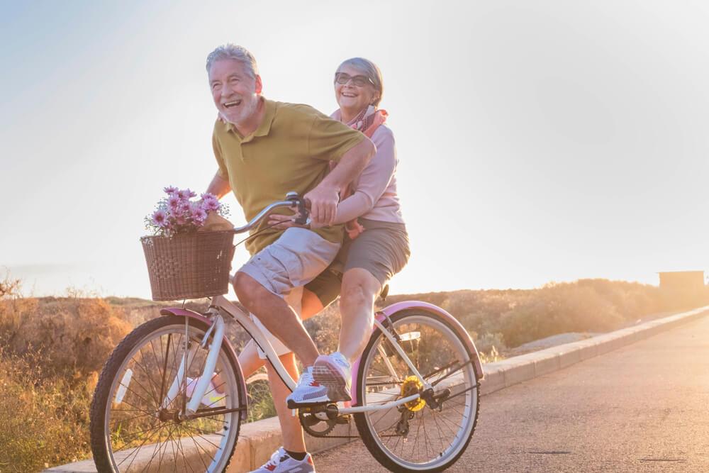 Ancianos felices en bicicleta