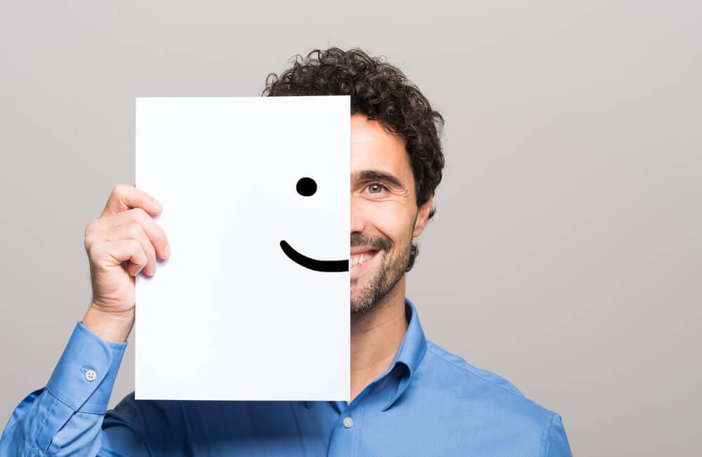 Hombre con una sonrisa gracias a la psicología positiva
