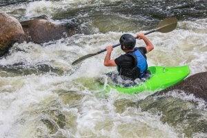 Joven practicando kayak extremo, una modalidad peligrosa.