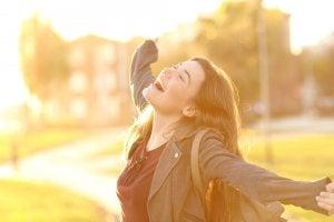 Mujer feliz por su desarrollo personal: reinventarse
