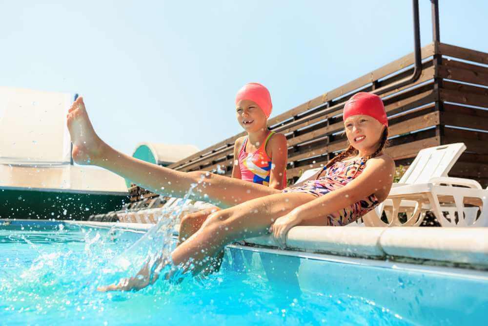 Natación infantil: niñas en la piscina