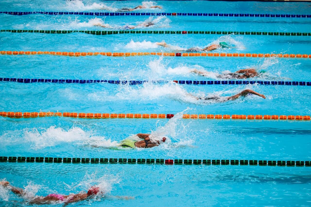 ¿Varía la técnica del estilo libre según la distancia de la piscina?