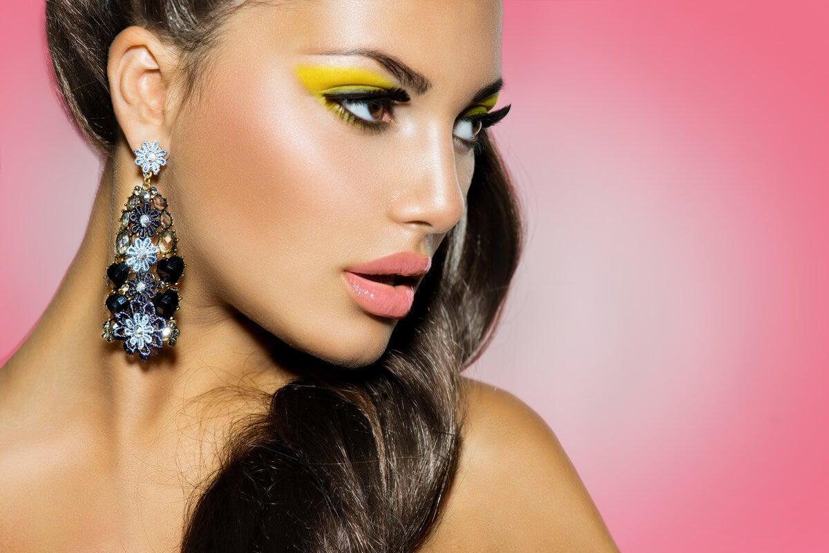 Amarillo y gris: cómo maquillarte con los colores Pantone 2021